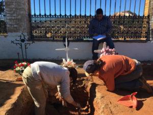 Intervención en la fosa común del cementerio de Nerva.