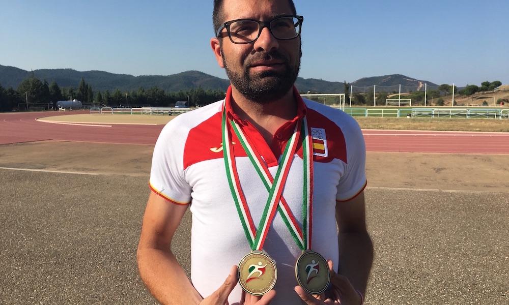 Samuel Delgado con sus dos medallas