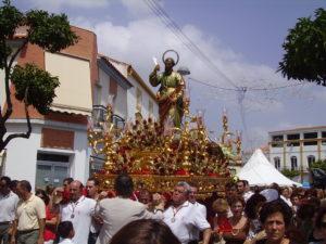 San Bartolomé en procesión con luz diurna.