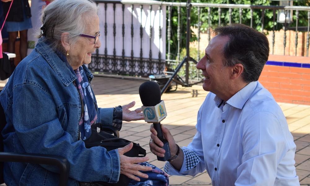 Doña Eva respondiendo a las preguntas de Juan A. Hipólito. Foto: Ana Rioja